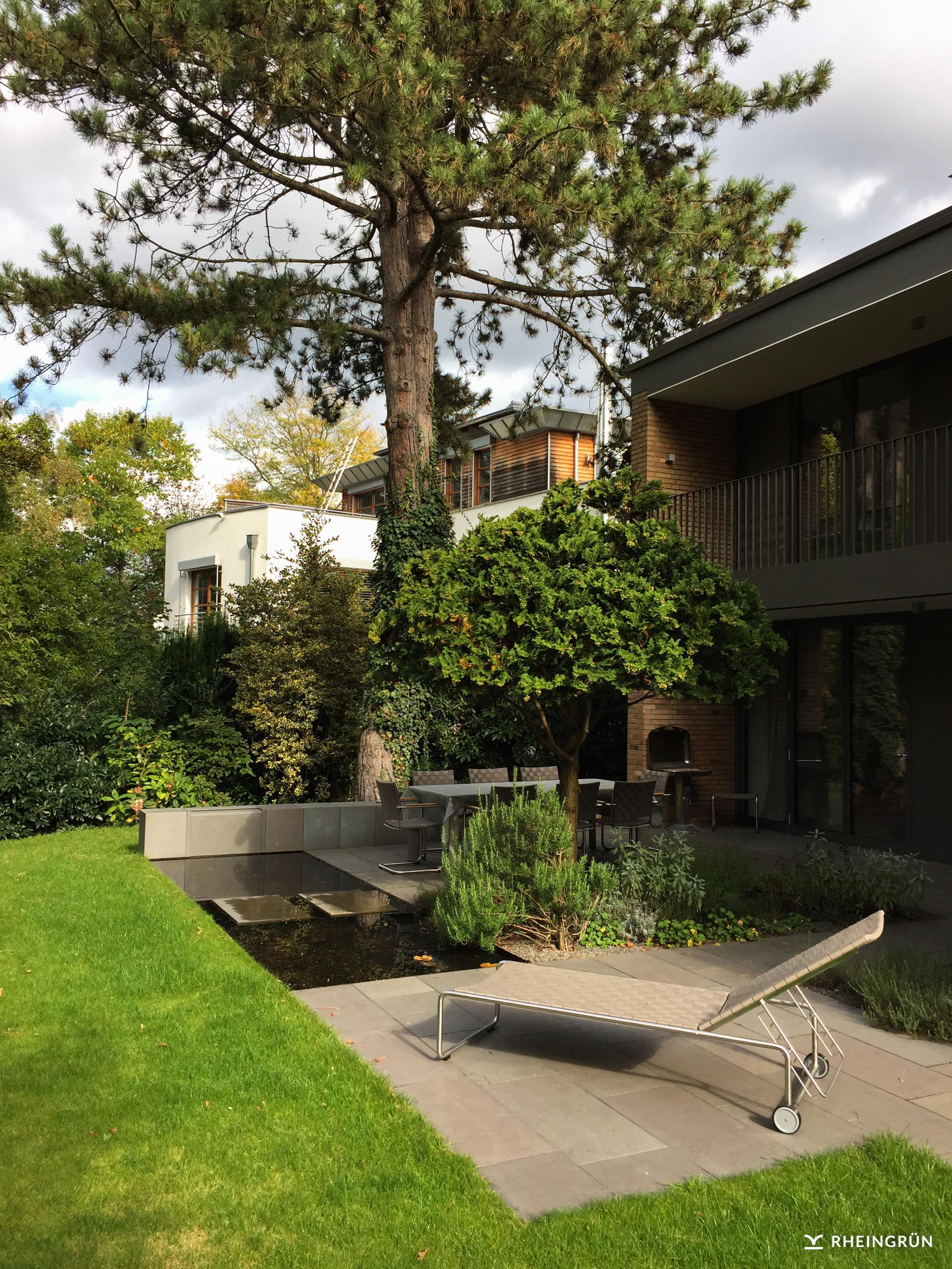 Modernes Stadthaus mit kleinem Innenhof und Terrasse mit Wasserbecken