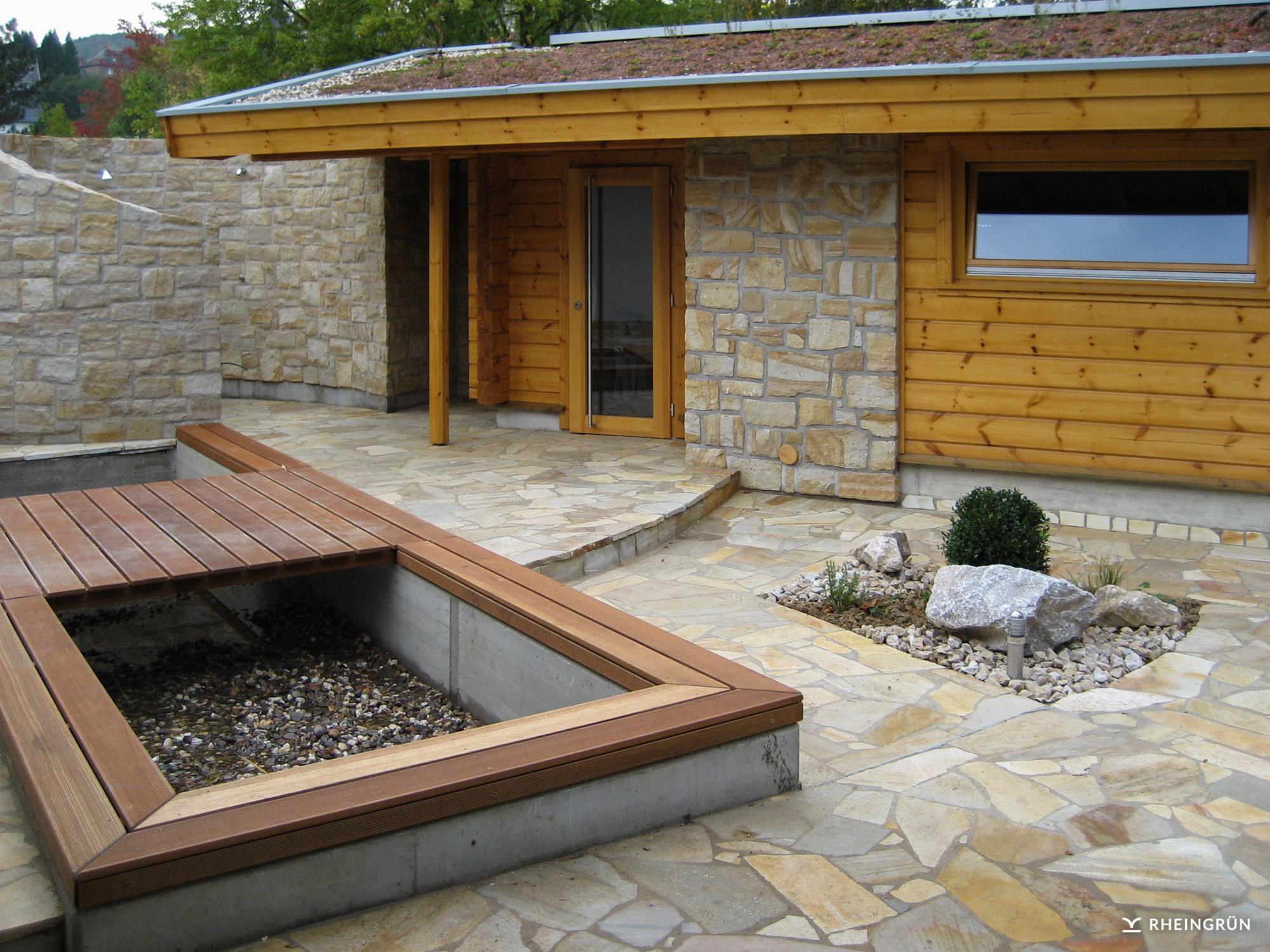 Schöne Sauna-Außenanlage mit Natursteinelementen und ausgewählter Bepflanzung