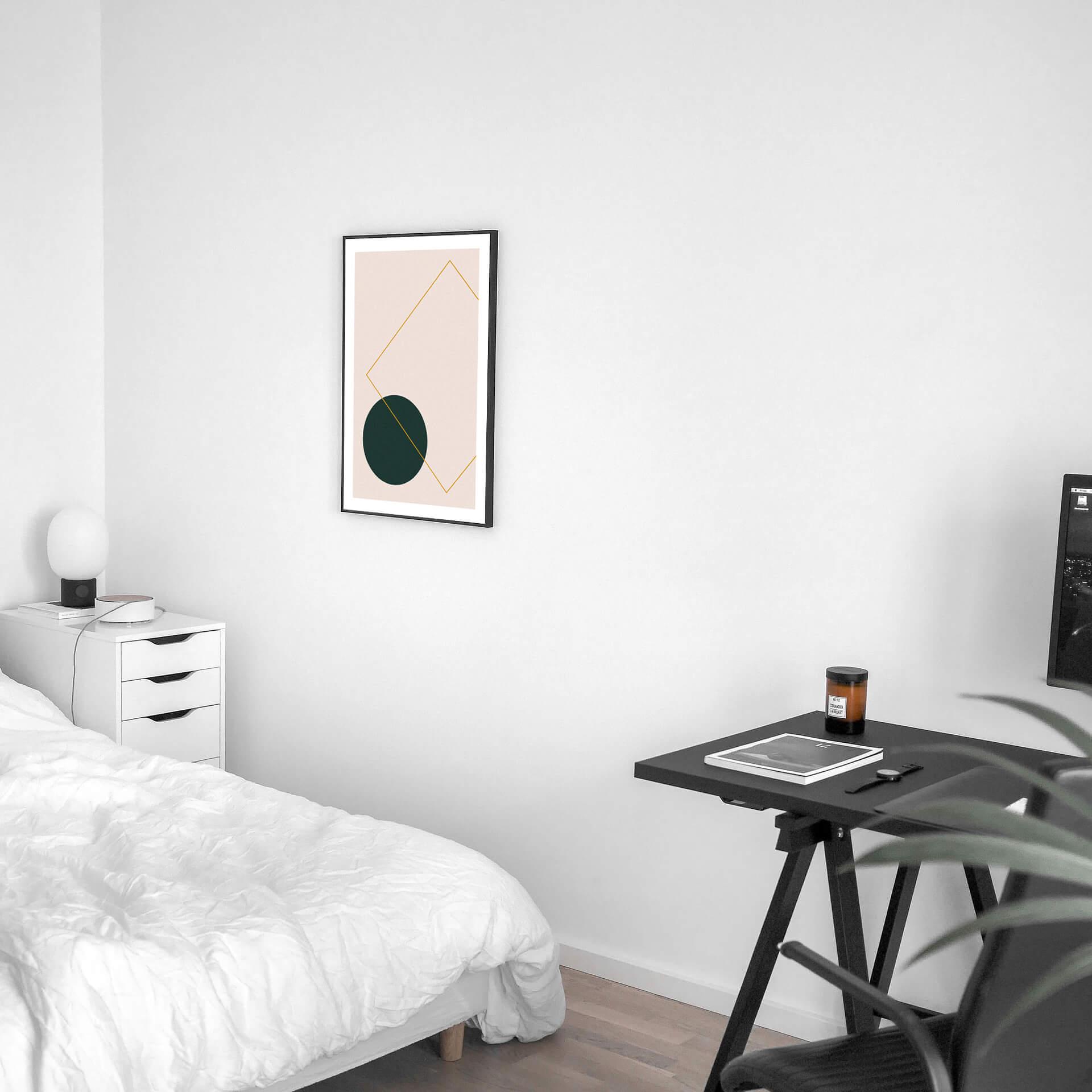 Abstraktes Poster aus unserem online Shop gerahmt in hellem Zimmer.