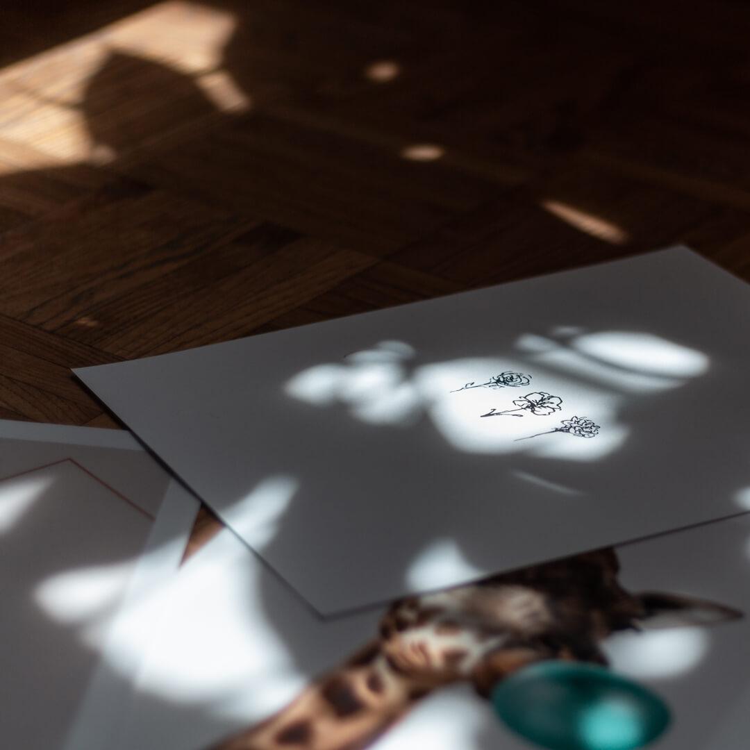 Poster aus unserem online Shop auf Boden mit Sonnenstrahlen.
