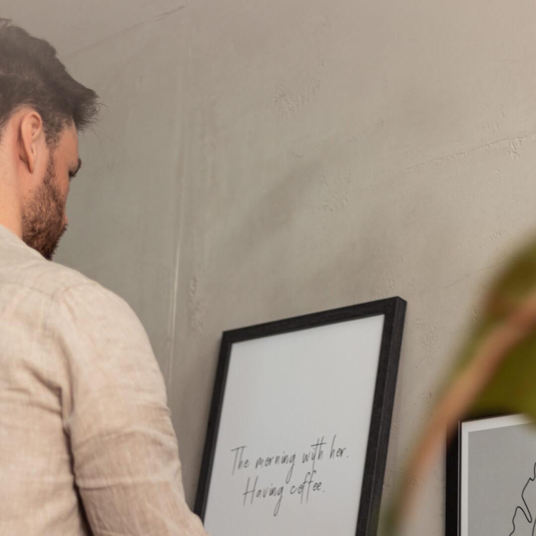 Mann mit gerahmten Typo Poster aus unserem online Shop.