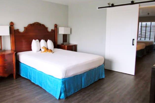 3 Queen beds room