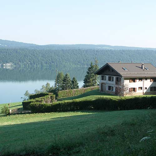 hôtel vers les champs avec vue sur le lac