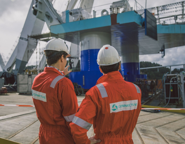 Connect LNG workers overviewing LNG transfer solution.