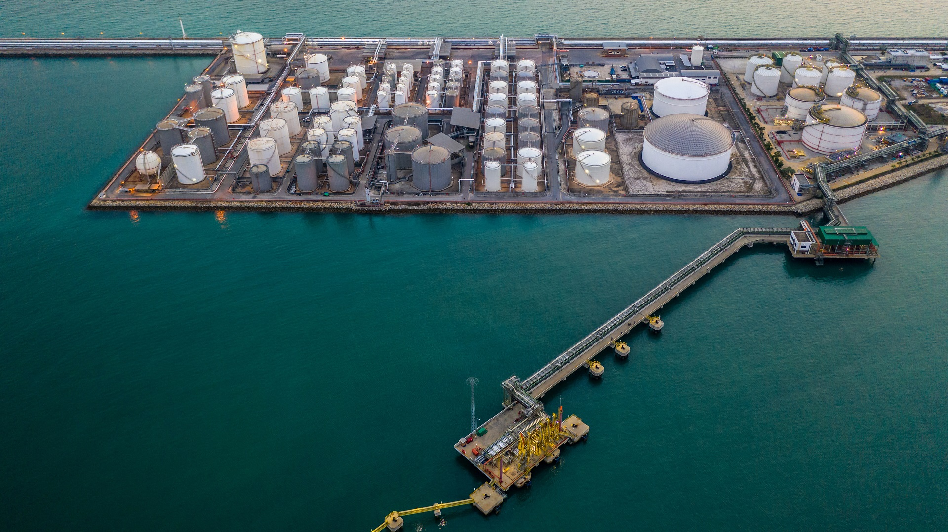 LNG terminal with jetty