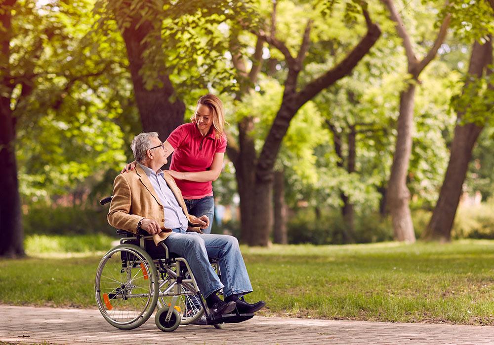 Personlig assistent med rullstolsburen uppdragsgivare.