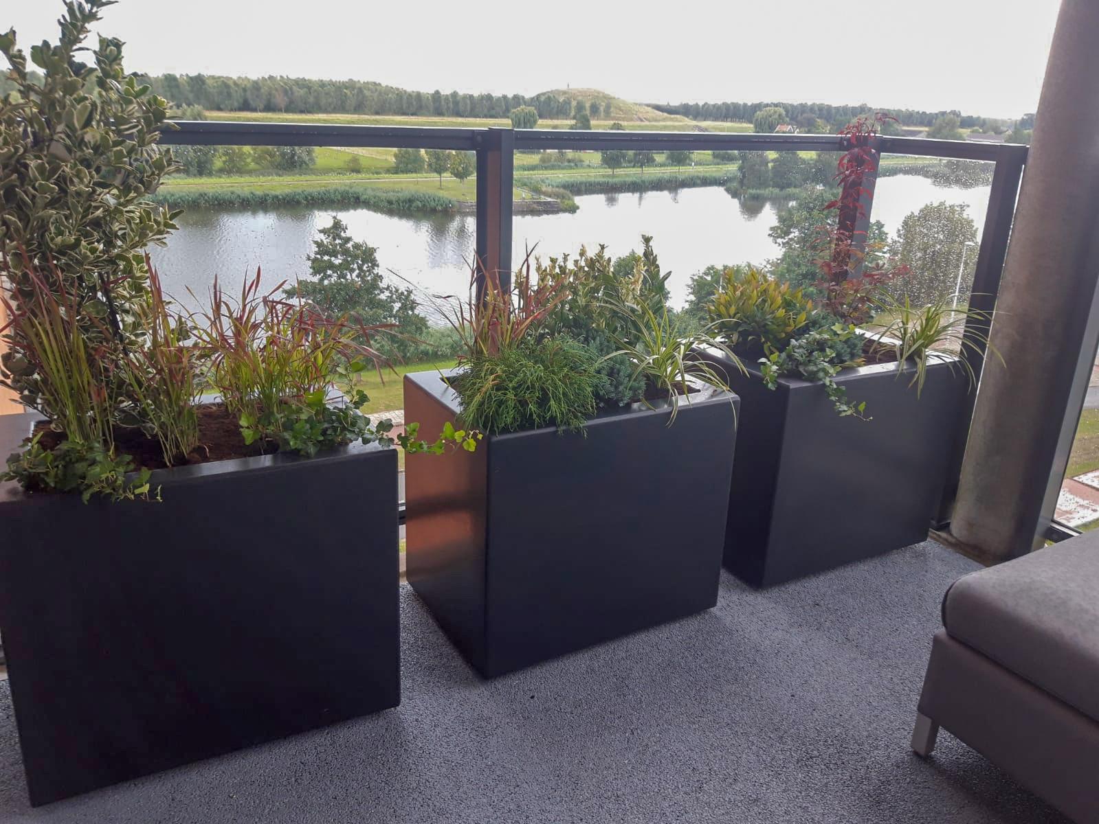 bloembakken op het balkon thuis