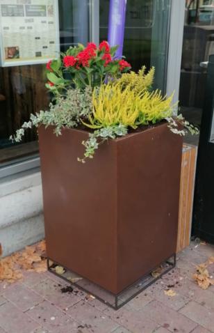 polyester gekleurde bloembak thuis