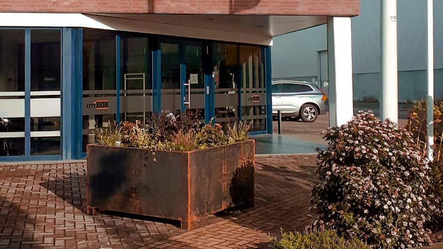 Afscheiding parkeerplaats bloembak