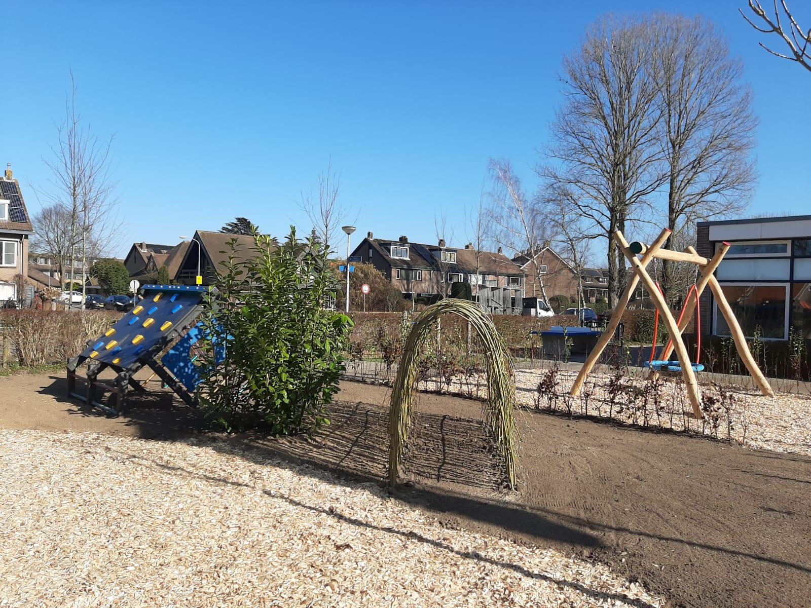 groen schoolplein schommel