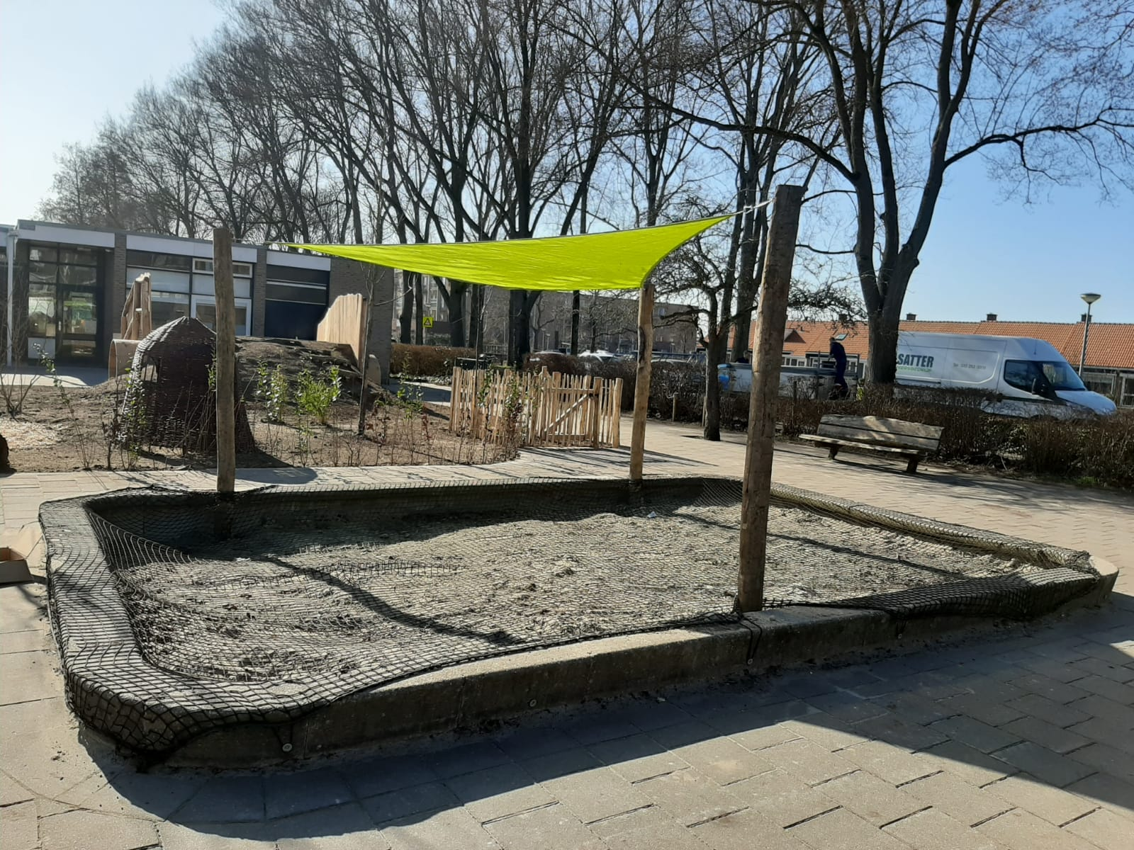 groen schoolplein satter zandbak