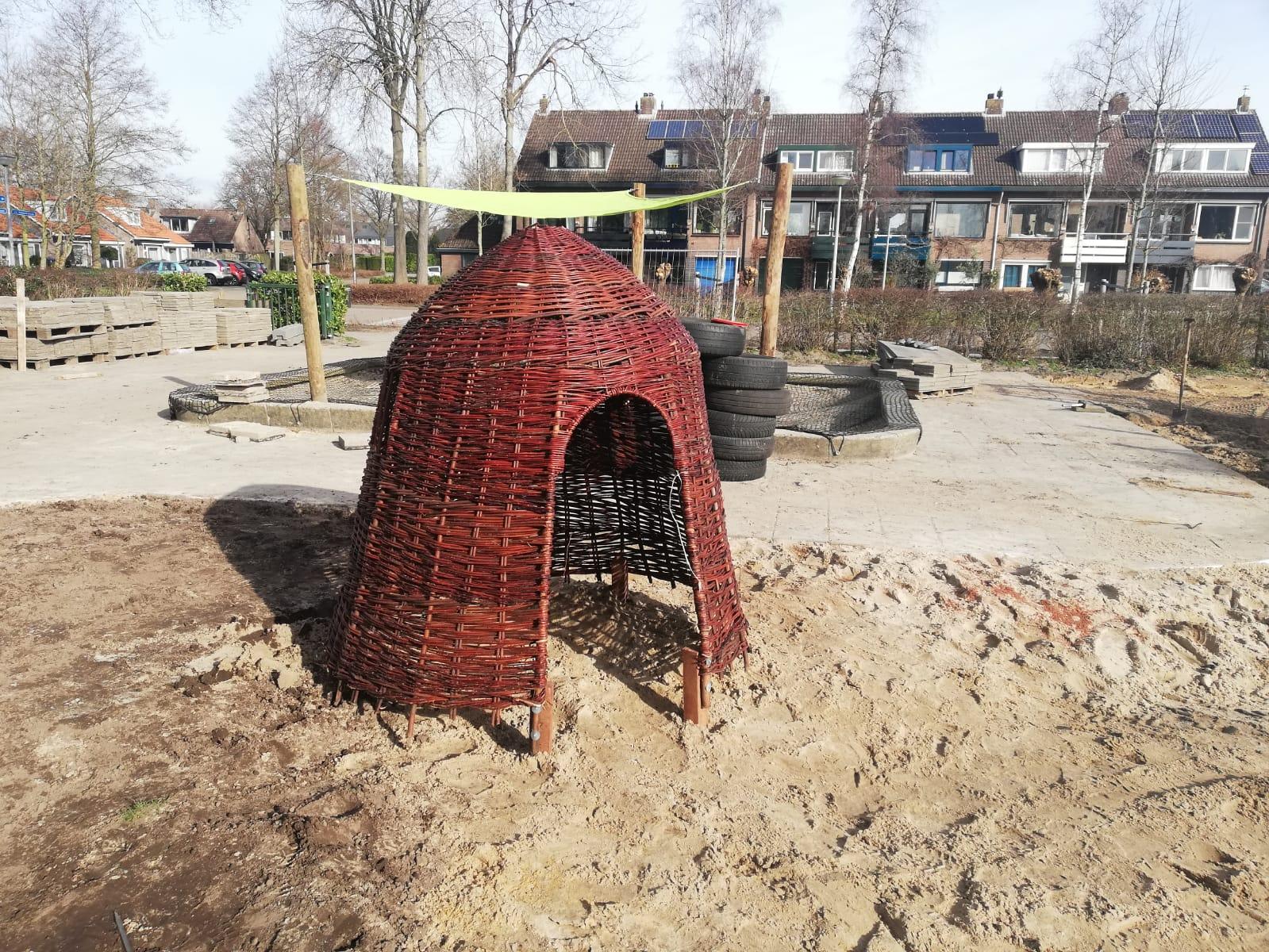 groen schoolplein speelhuisje
