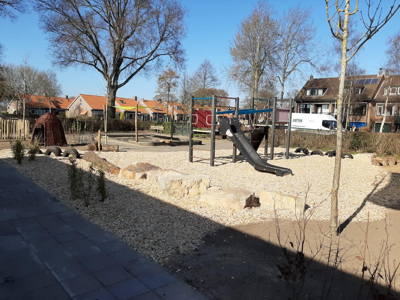 groen schoolplein glijbaan