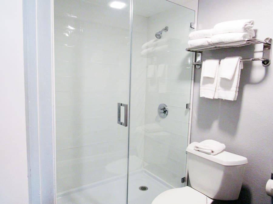 2-QUEEN-STUDIO-BATHROOM
