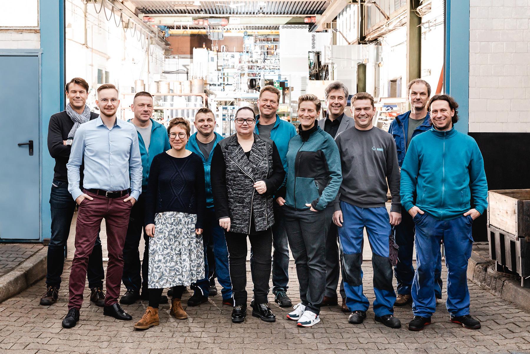 Das Team vor der Produktionshalle