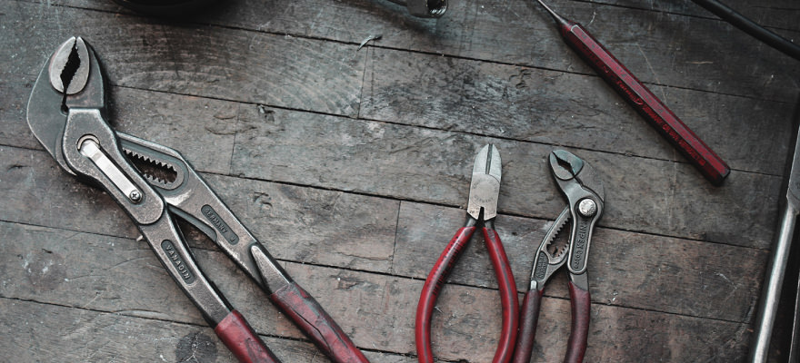 Werkzeug auf einer Werkbank