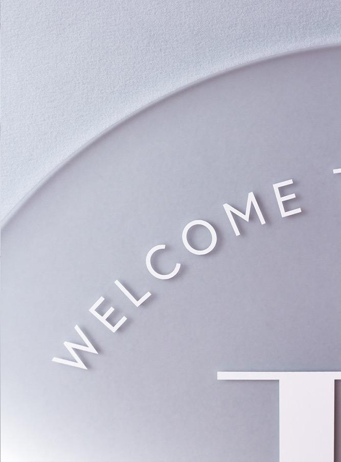 Modernes Geburtsschild mit toller Typografie. Beispiel: Big Letter mit großen Anfangsbuchstaben