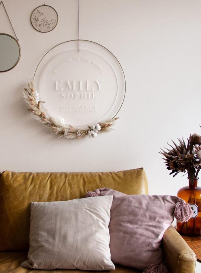 Trockenblumen Ring um Geburtsschild, im Vintage Wohnzimmer über dem Sofa