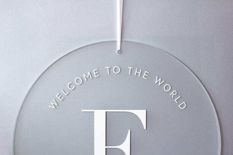 Geburtstafel Big Letter aus Acrylglas, Detailansicht in hellblau, durchsichtig