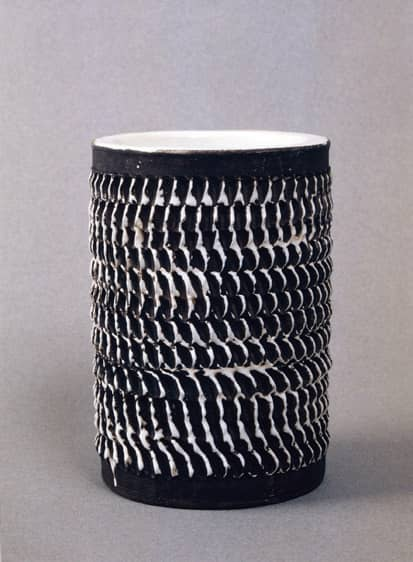 Vase cylindrique en céramique brun foncé à décor émaillé blanc en relief