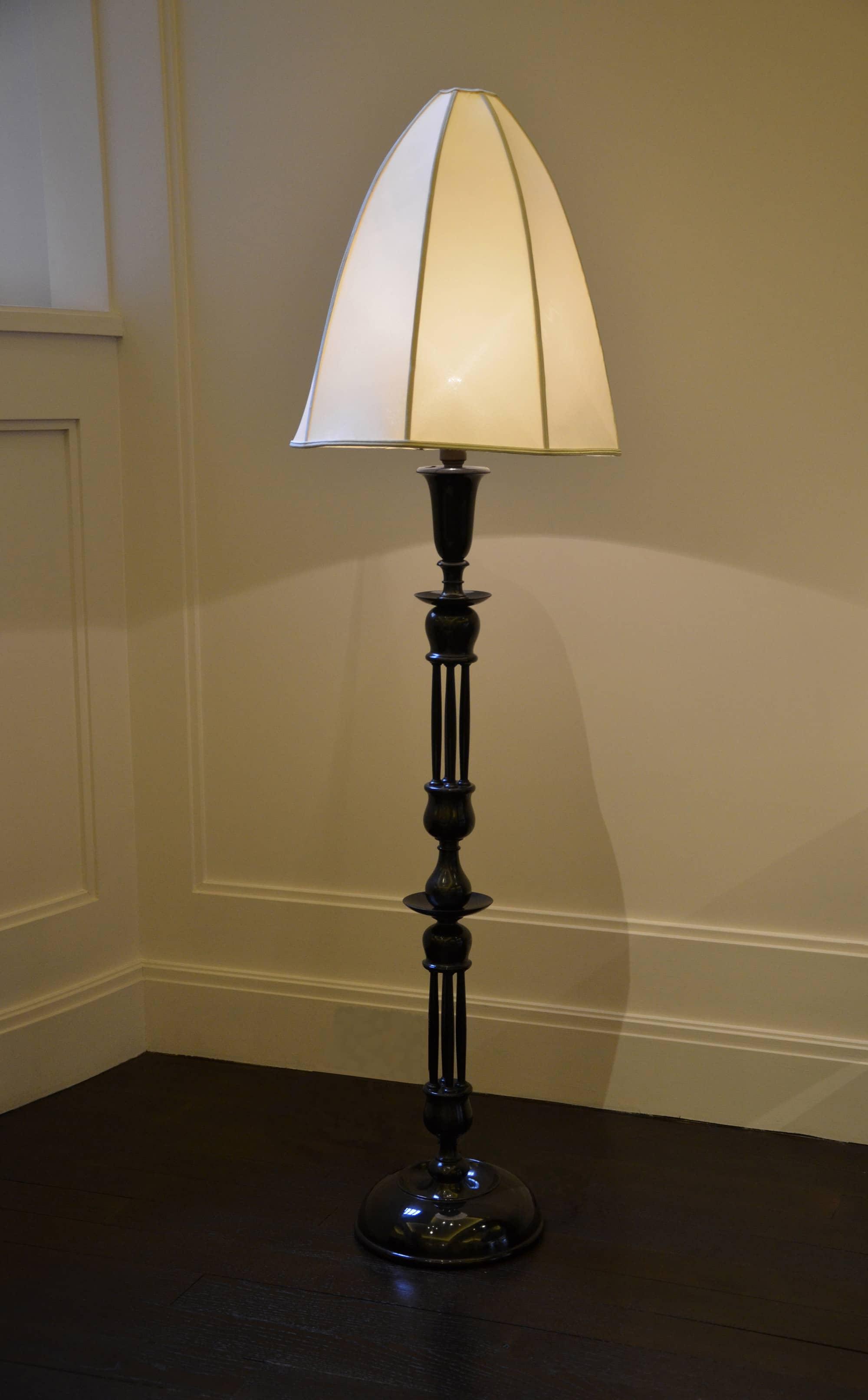 Lampadaire de lecture en bois verni noir