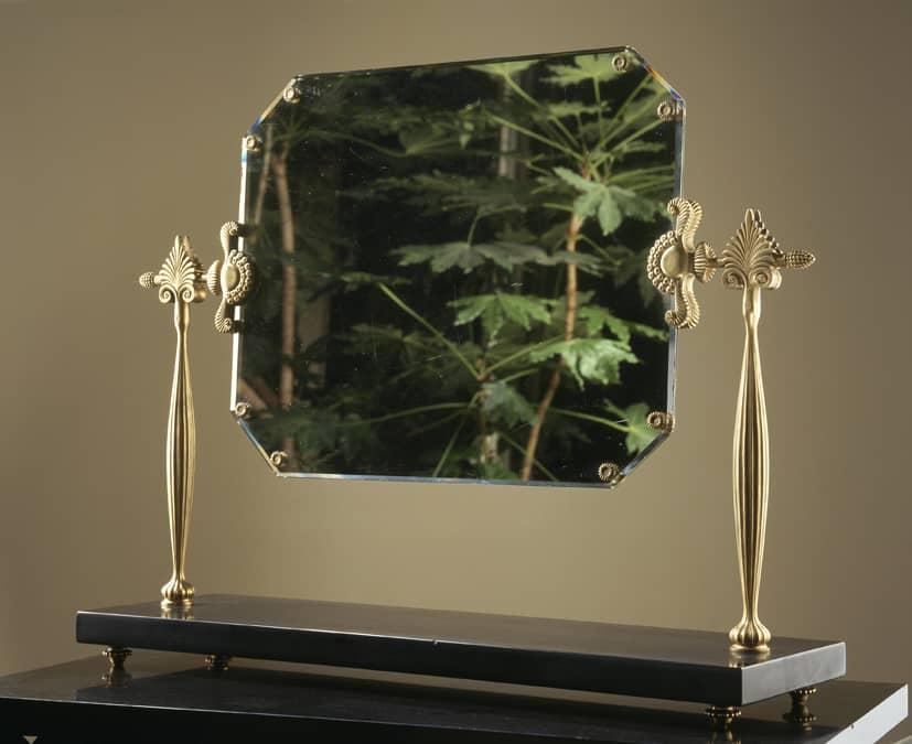 Miroir octogonal à double face soutenu par deux colonnes en bronze doré reposant sur un socle en marbre noir.