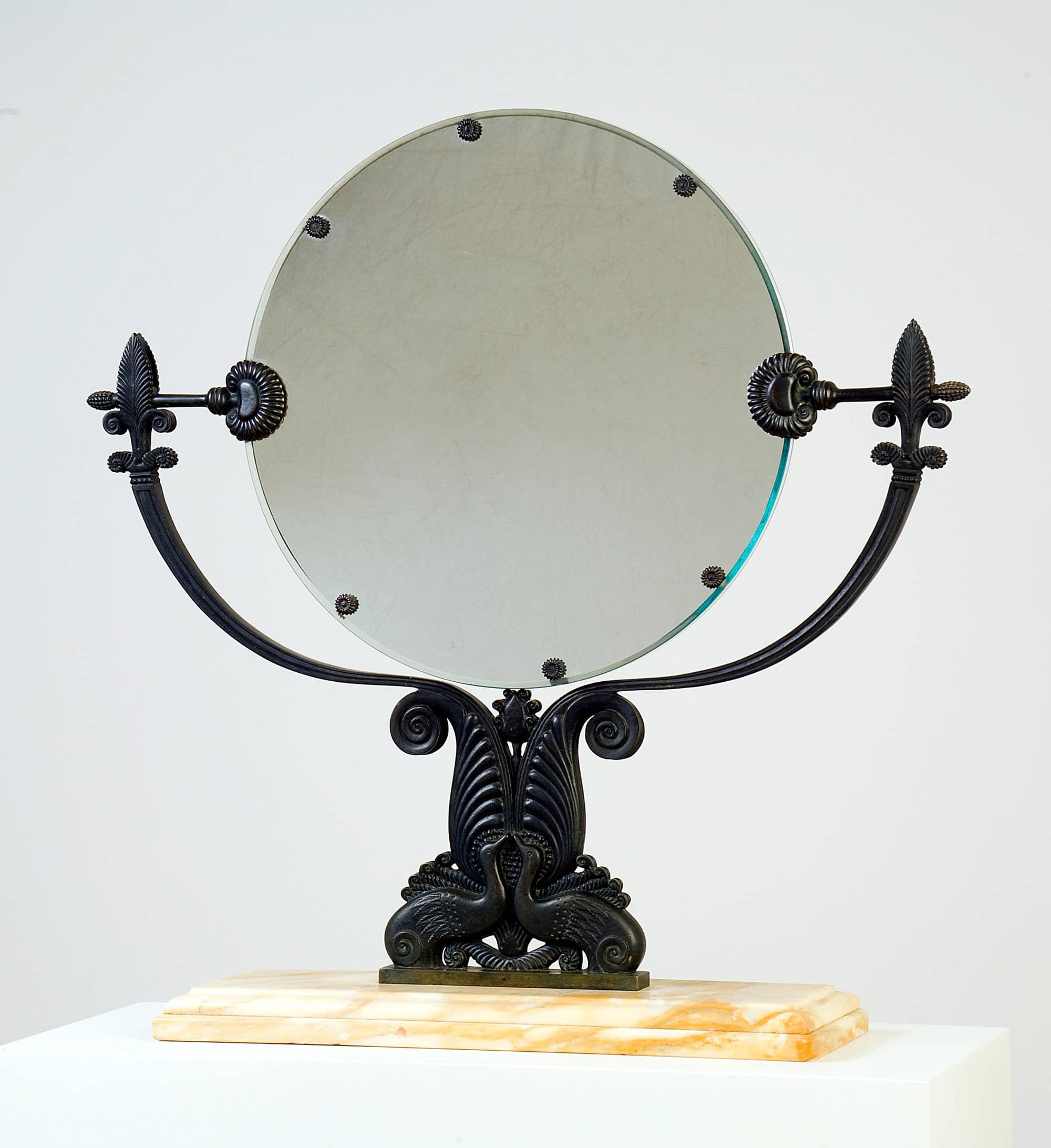 Miroir de table pivotant en bronze à patine vert antique finement ciselé