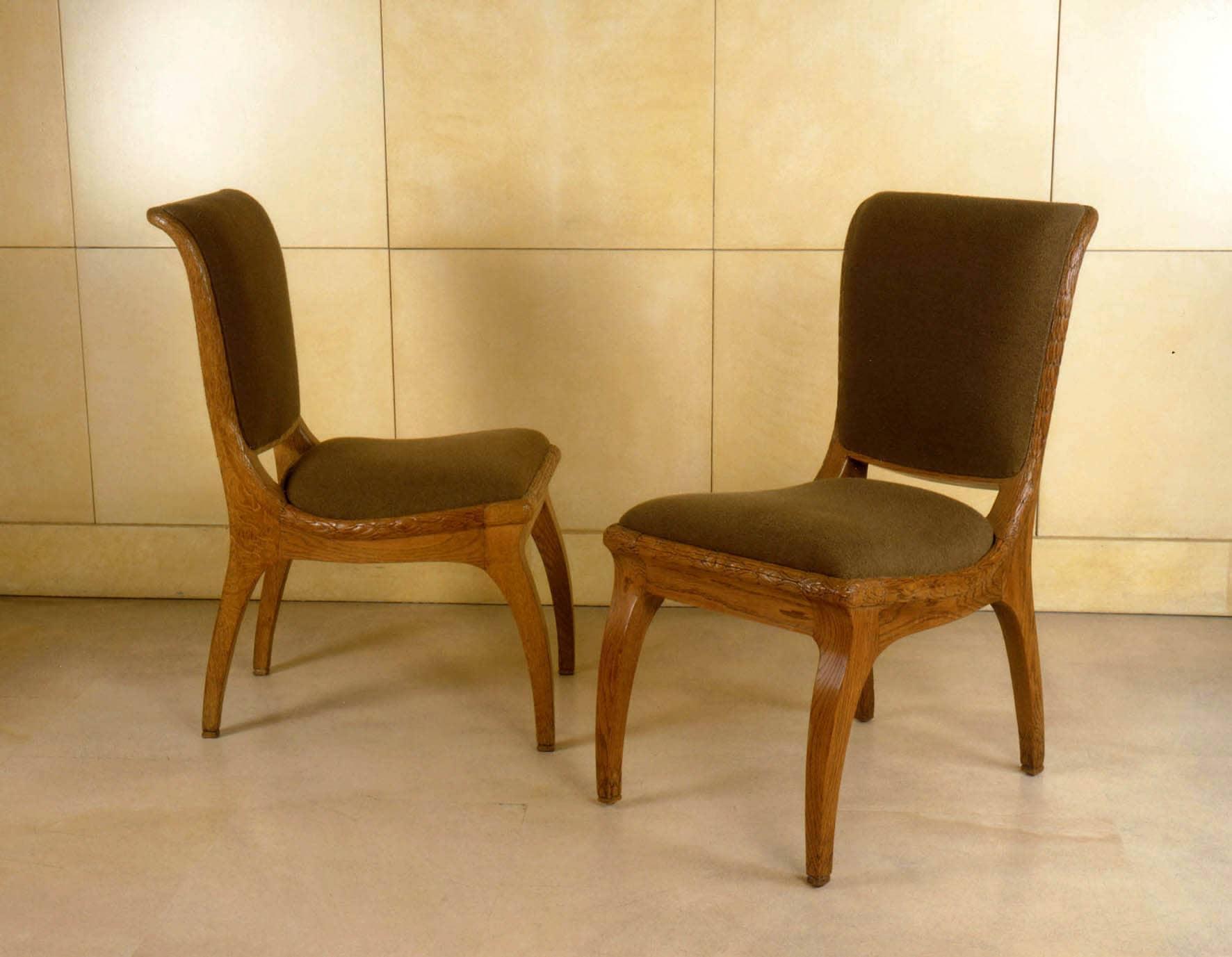 Paire de chaises en chêne sculpté.
