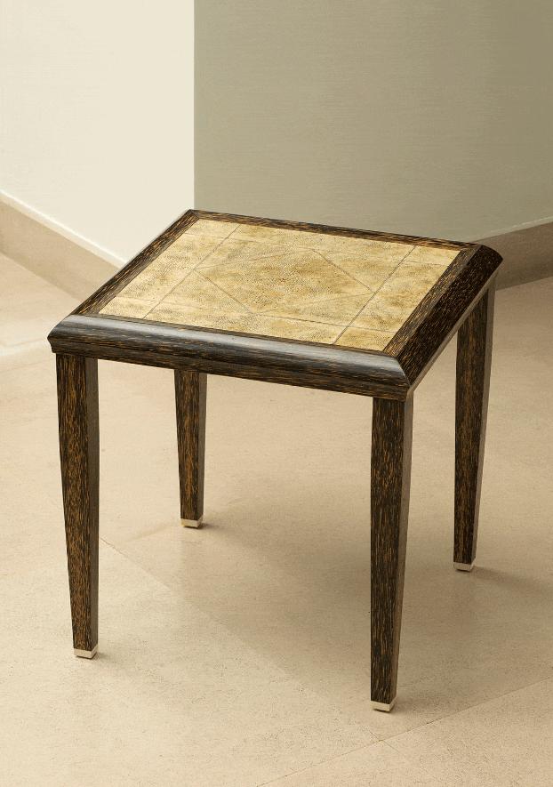 Table basse en bois de palmier reposant sur des sabots en ivoire. Le plateau recouvert de galuchat et filets d'ivoire.