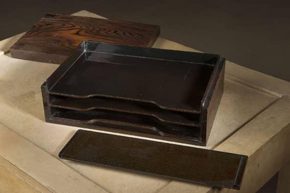 Boite à courrier en pin brûlé. Le couvercle et la face avant de la boîte amovibles découvrant un intérieur en laque aventurine présentant trois casiers superposés.