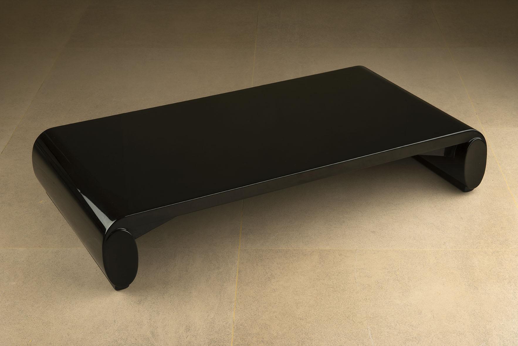 Table basse « chinoise » en bois laqué noir