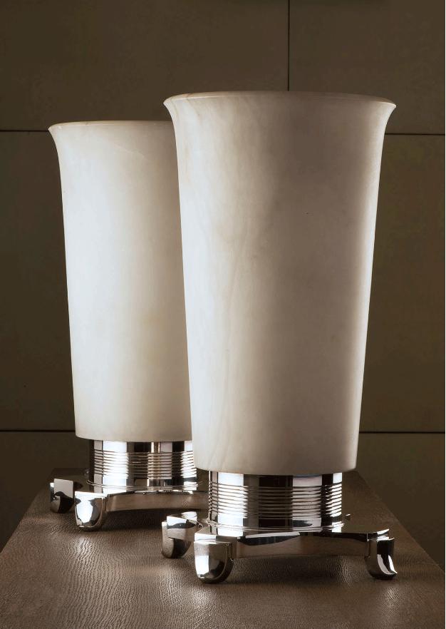 Paire de grandes lampes à bases en bronze argenté striées horizontalement, les vasques éclairantes en albâtre