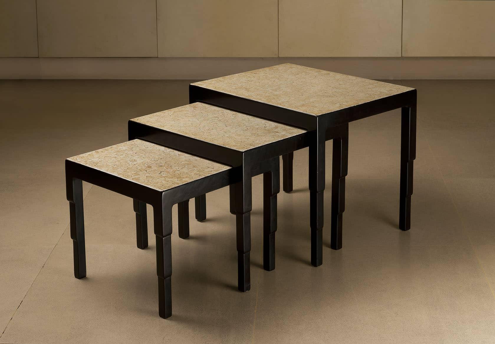 Ensemble de trois tables basses gigognes en laque noire et plateaux recouverts de coquille d'œuf, reposant sur des pieds gradins inversés