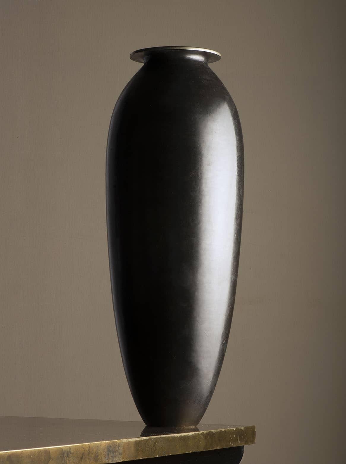 Grand vase en dinanderie noire