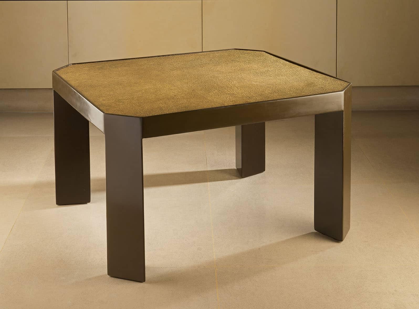 Table basse en laque brune reposant sur des pieds triangles. Le plateau est en laque arrachée mordorée.