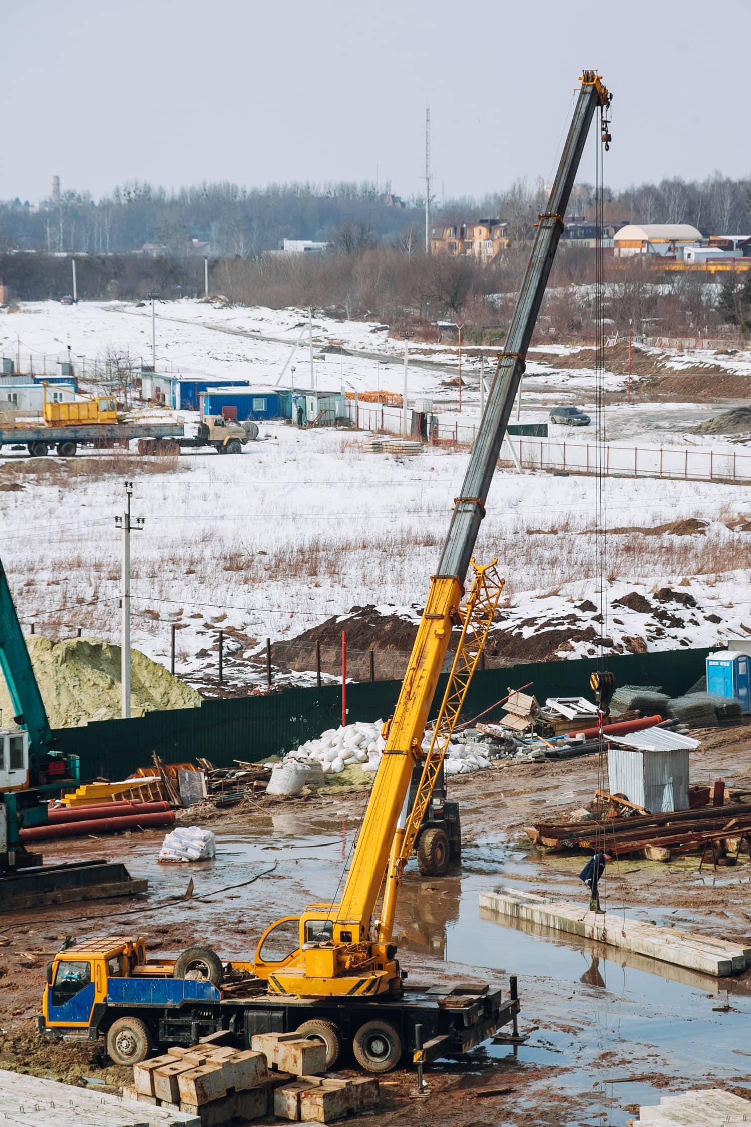 Single crane lifting in snow