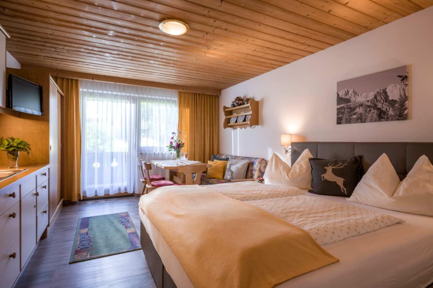 Appartement Pension Steiner Schlafzimmer mit Westbalkon