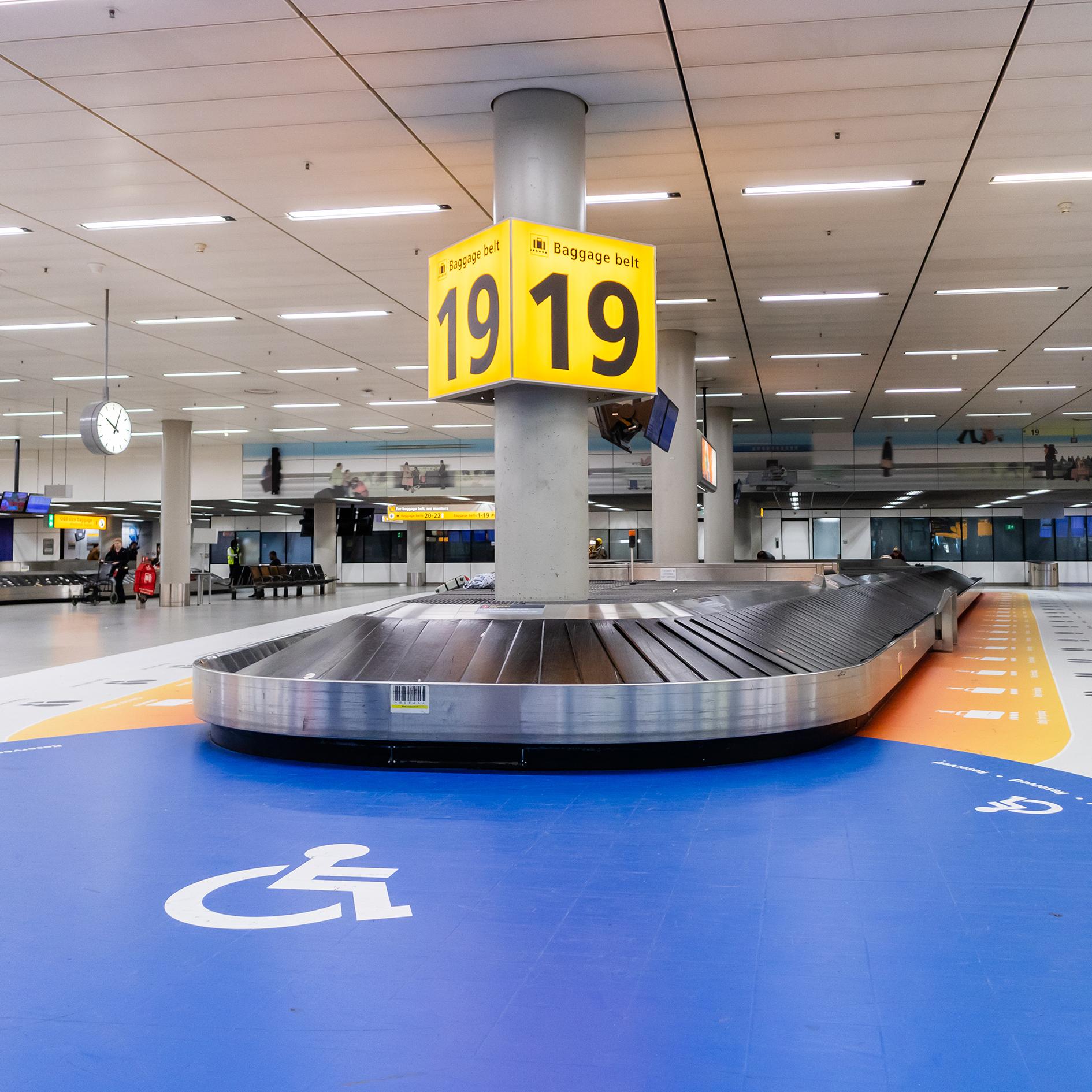Invalide markering bij de bagageband op Schiphol