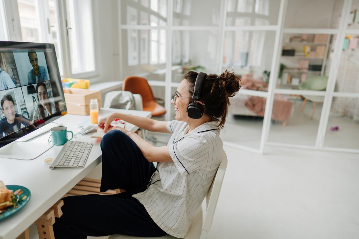 Jonge vrolijke vrouw in een zoom-meeting