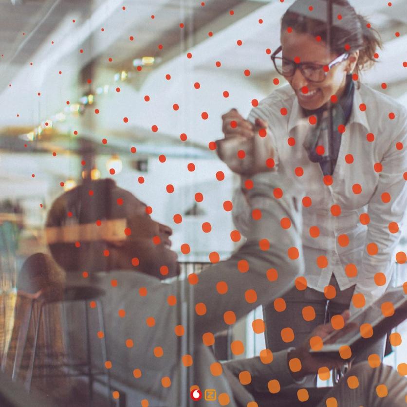 Vrolijke VodafoneZiggo collega's geven elkaar een handdruk