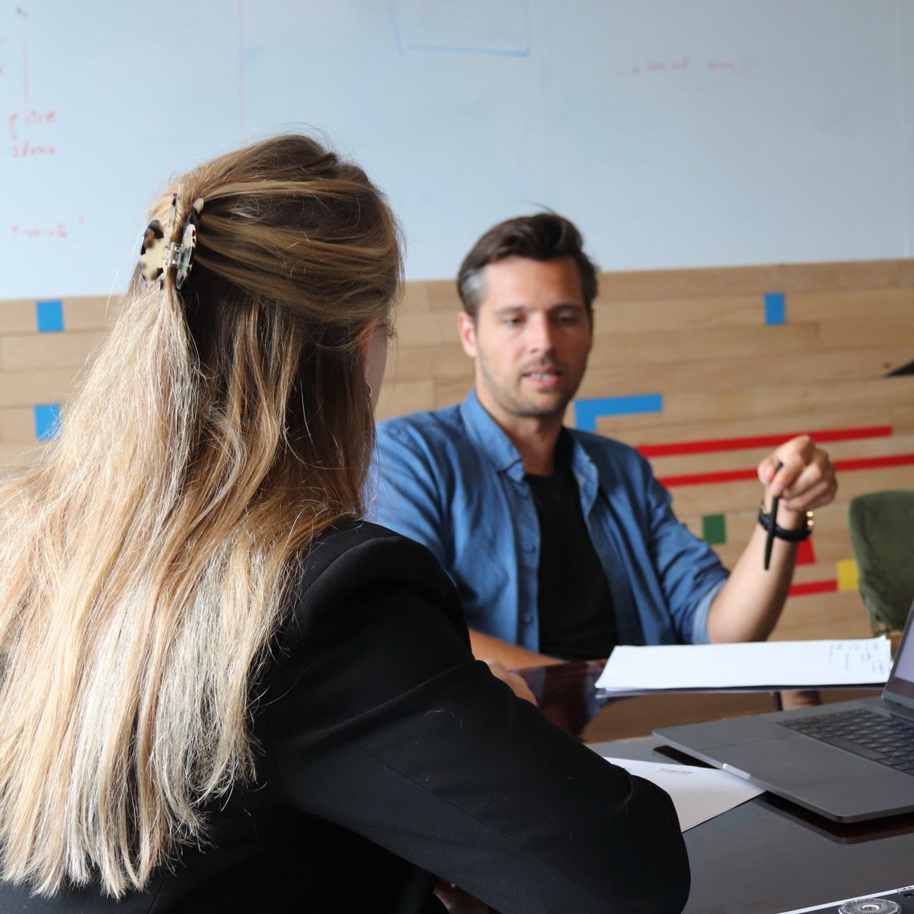 Unplugged collega Thijs interviewt een vrouw