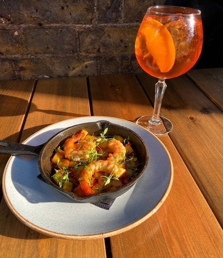 Enjoy these last days of surprise summer in our beautiful secret garden with delicious king prawns, 'nduja and diced potatoes and of course, the classic aperol spritz! 🌞🍹  #summer #foodporn #foodie #food #instafood #aperolspritz #cocktails #tootingbec #tooting #balham #yum #yummy #prawns #seafood #pub #bar #beer #restaurant @tootingnewsie @balhamnewsie