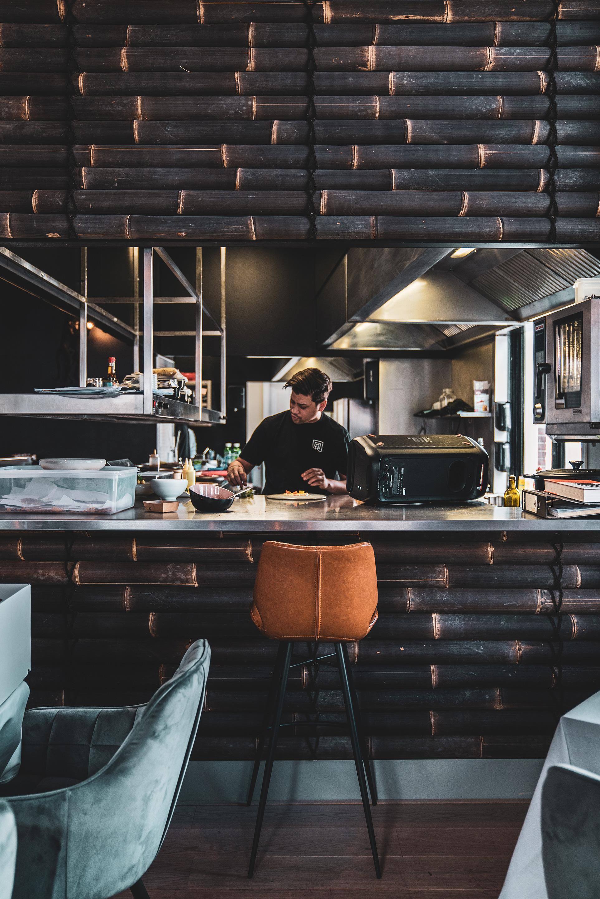 Jermain in de keuken van restaurant De Rozario