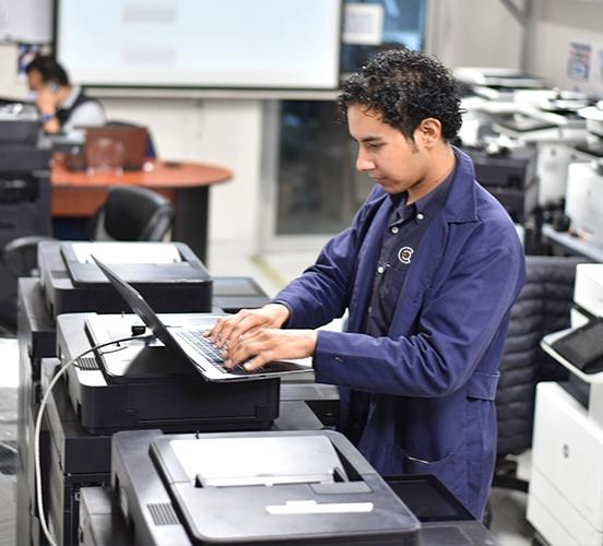 Persona dando soporte a impresoras en compucentro