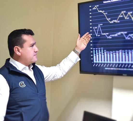 Persona exponiendo en una pantalla una grafica
