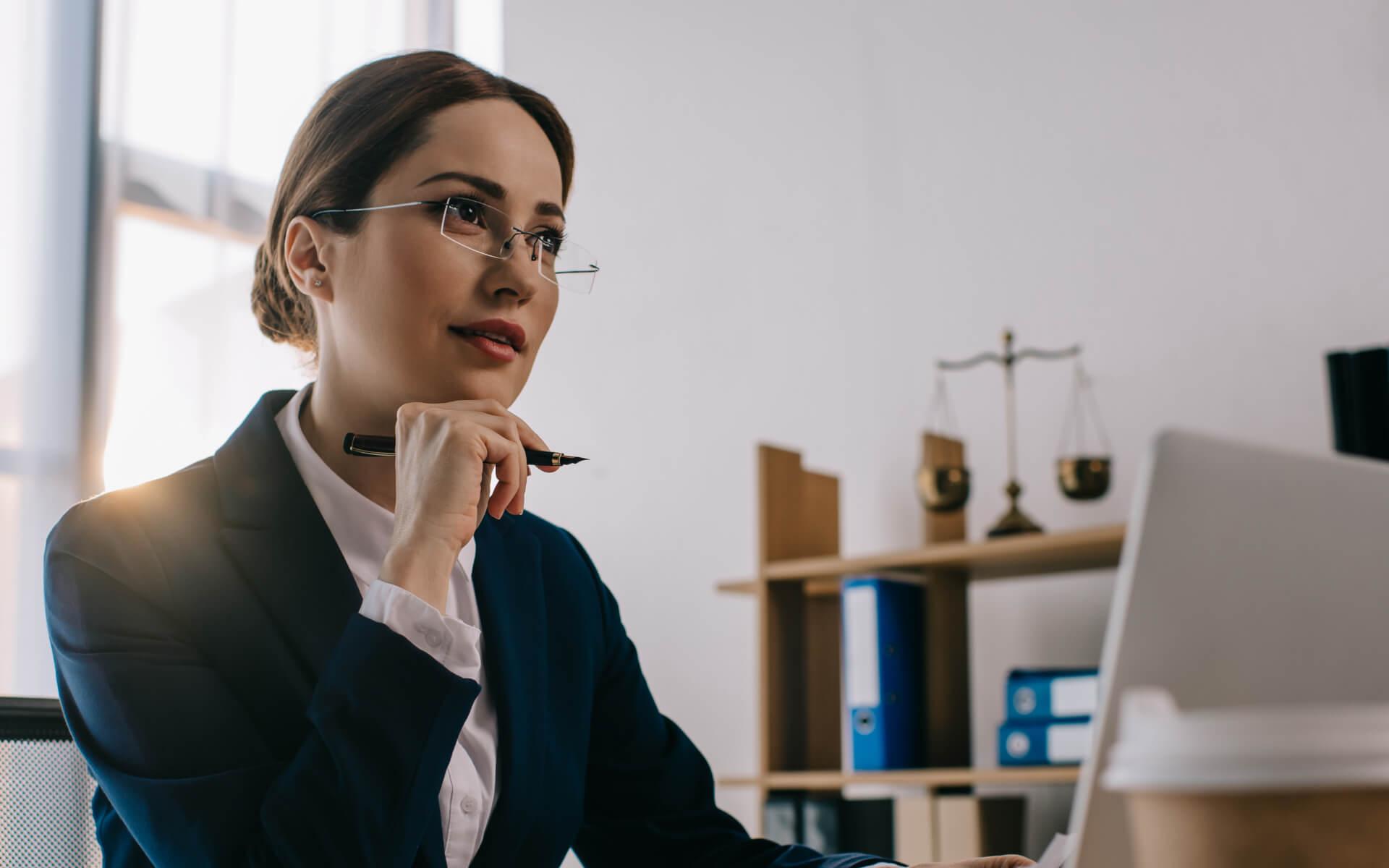 Advokátka konzultuje s klientom