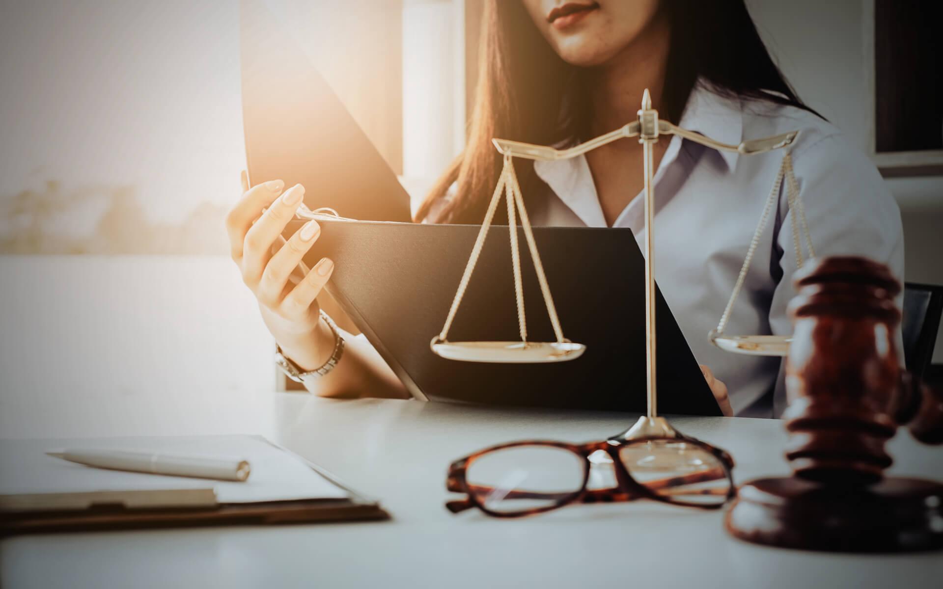 Advokát za stolom