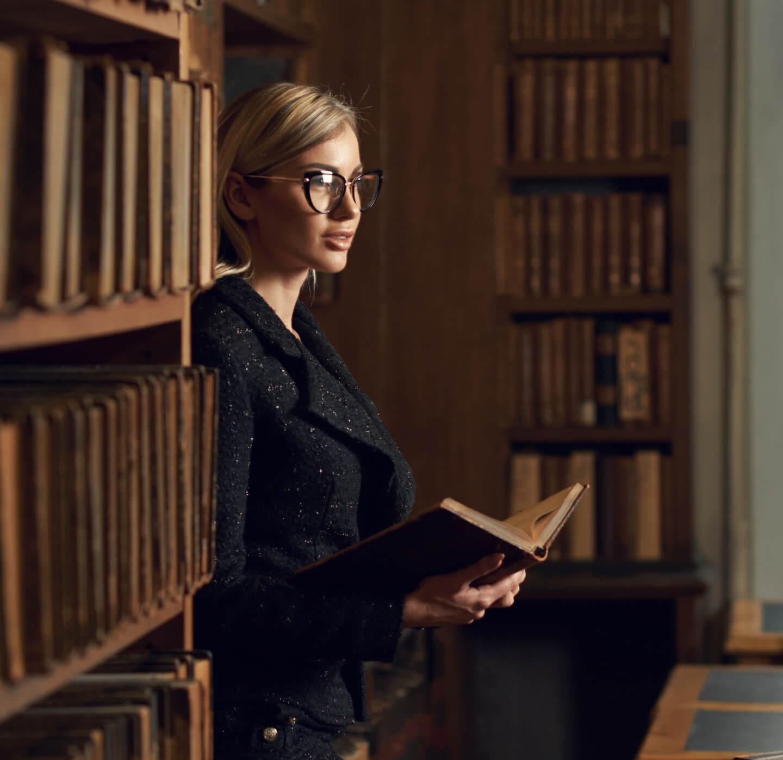 Advokvátka s knihou