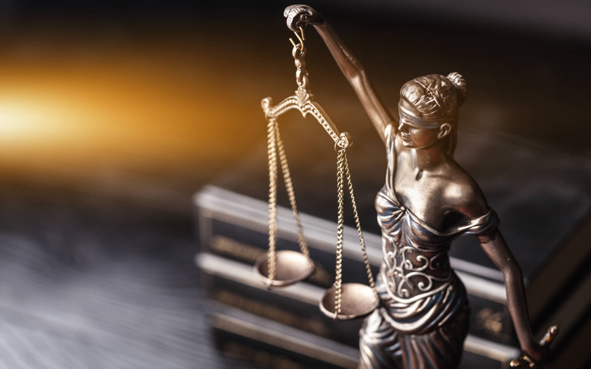 Právne knihy a symbol práva - socha spravodlivosti