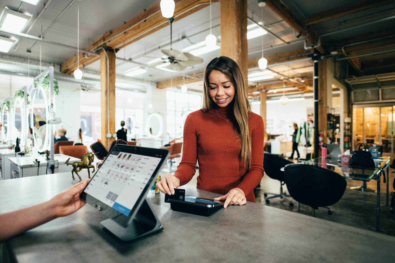 Una mujer usa su tarjeta de crédito corporativa